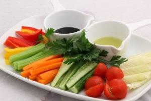 миска свежих овощей