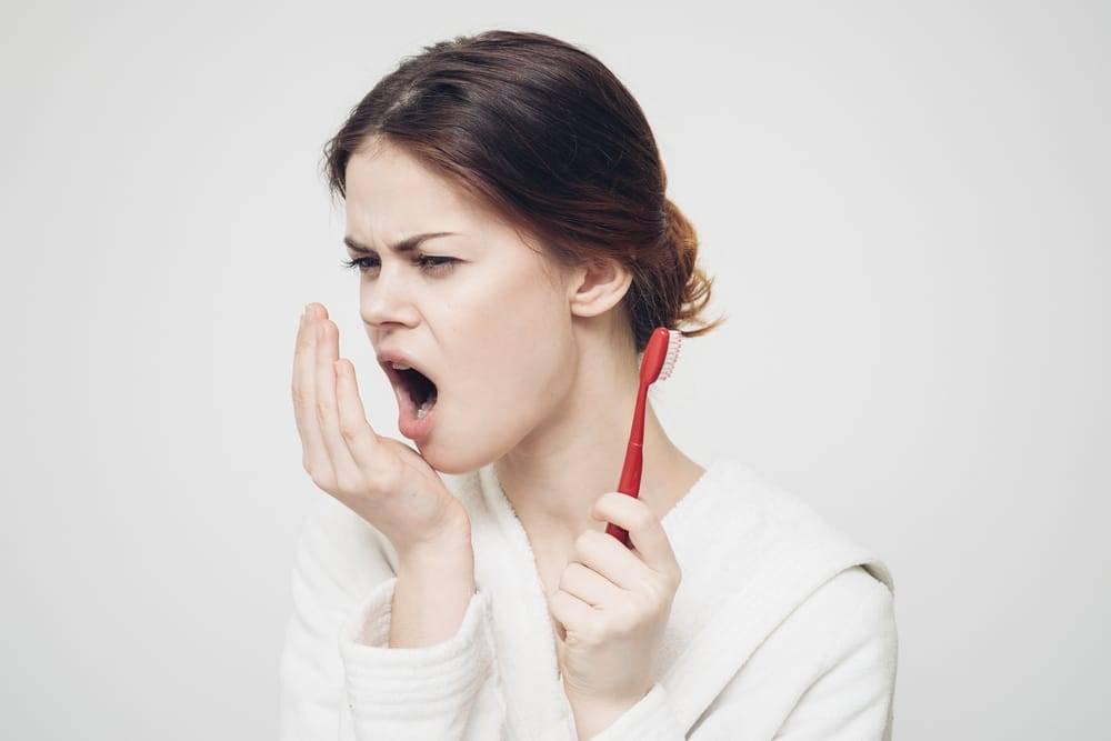 Плохой запах изо рта от желудка: причины и лечение