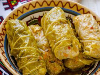 Голубцы– это фарш из мяса с рисом, завернутый в капустные листья и долго тушенный