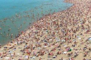 Можно ли заразиться коронавирусом на пляже и в бассейне