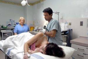 Процедуру можно проводить лежа на левом боку, ноги согнуты в коленях и подтянуты к груди