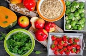 Ешьте много клетчатки в виде сырых овощей и фруктов