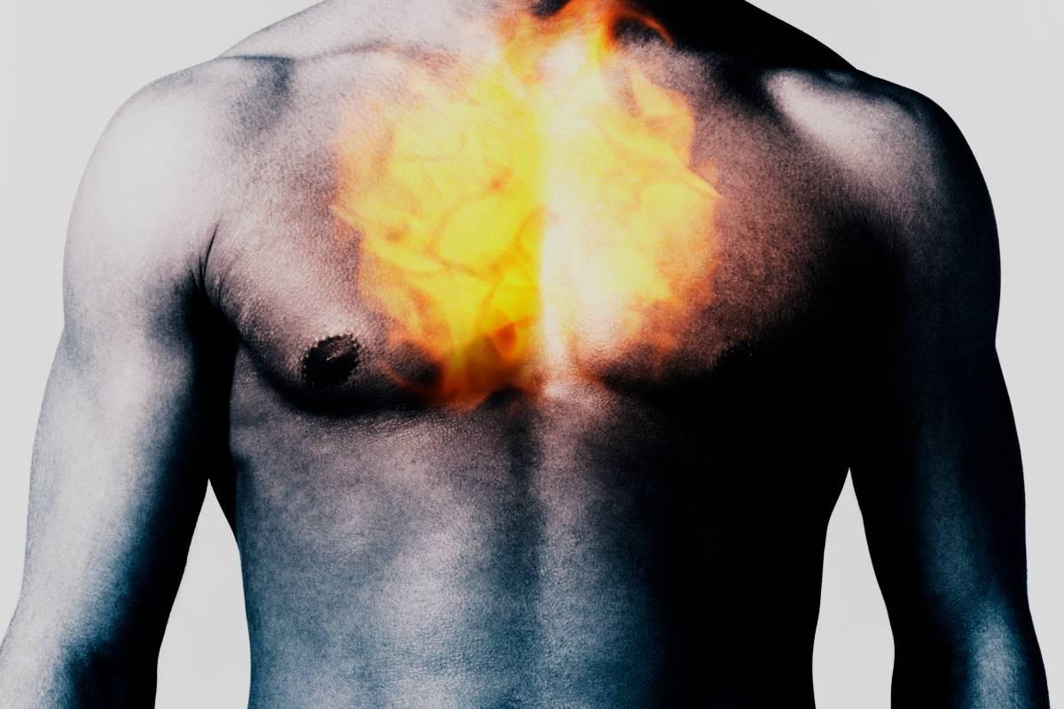 Жгучая боль в груди из-за желудка причины